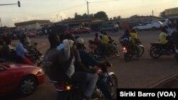 Un moto-taxi à Bouaké, en Côte d'Ivoire, le 5 juin 2017. (VOA/Siriki Barro)