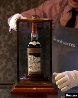 Wiski Macallan Valerio Adami 1926, wiski berusia 60 tahun, yang terjual dengan harga rekor di pelelangan Bonham, Skotlandia, 3 Oktober 2018.