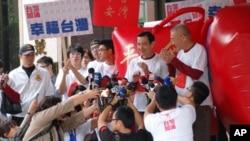 台湾总统马英九在竞选期间对媒体讲话(资料照片)