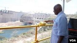José Eduardo dos Santos numa viagem anterior na barragem de Lauca