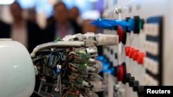 德国人工智能研究中心2013年在汉诺威展会上展出机器人操作控制面板