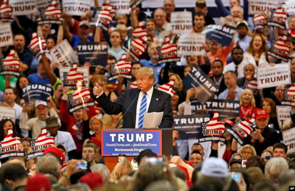在维吉尼亚州,川普置身于支持群众中