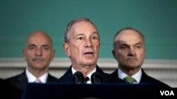 Walikota Michael Bloomberg (tengah) berbicara kepada media mengenai pengusiran demonstran 'Occupy Wall Street' dari taman kota New York (15/11).