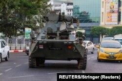 مظاہروں کو روکنے کے لیے سڑکوں پر سیکیورٹی فورسز کا بکتر بند گاڑیوں میں گشت جاری ہے۔ 13 فروری 2021