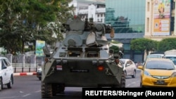 Yangonda hərbi çevrilişə qarşı aksiya zamanı zirehli hərbi maşın küçə ilə keçir, 14 fevral, 2021.