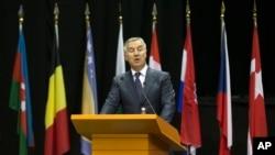 黑山共和国总理米洛·久卡诺维奇于2016年5月30日在北约议会会议上讲话,对北约接纳黑山表示感谢。