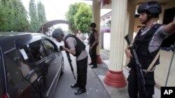 Polisi memeriksa sebuah mobil di pintu masuk Rumah Sakit Bhayangkara di Medan, Sumatra, 16 November 2019. (Foto: AFP)
