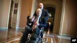 TNS John McCain rời một buổi họp kín quy tụ các nghị sĩ Đảng Cộng Hòa để bàn về nỗ lực cải cách thuế của đảng này ngày 1/12/2017. (AP Photo/J. Scott Applewhite)
