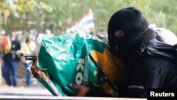 一名反政府抗议者在2月1日曼谷的冲突中向支持政府的人士开枪