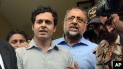 Awais Shah, kiri tengah, berbicara kepada para wartawan bersama ayahnya Sajjad Ali Shah, kanan tengah setelah diselamatkan dari para penculiknya (19/7). (foto: AP Photo/Imran Ali)