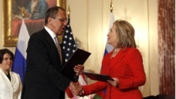 هیلری کلینتون، وزیر امورخارجه آمریکا و سرگی لاوروف، وزیر امورخارجه مسکو (چپ) - واشنگتن ١٣ ژوییه ٢٠١١