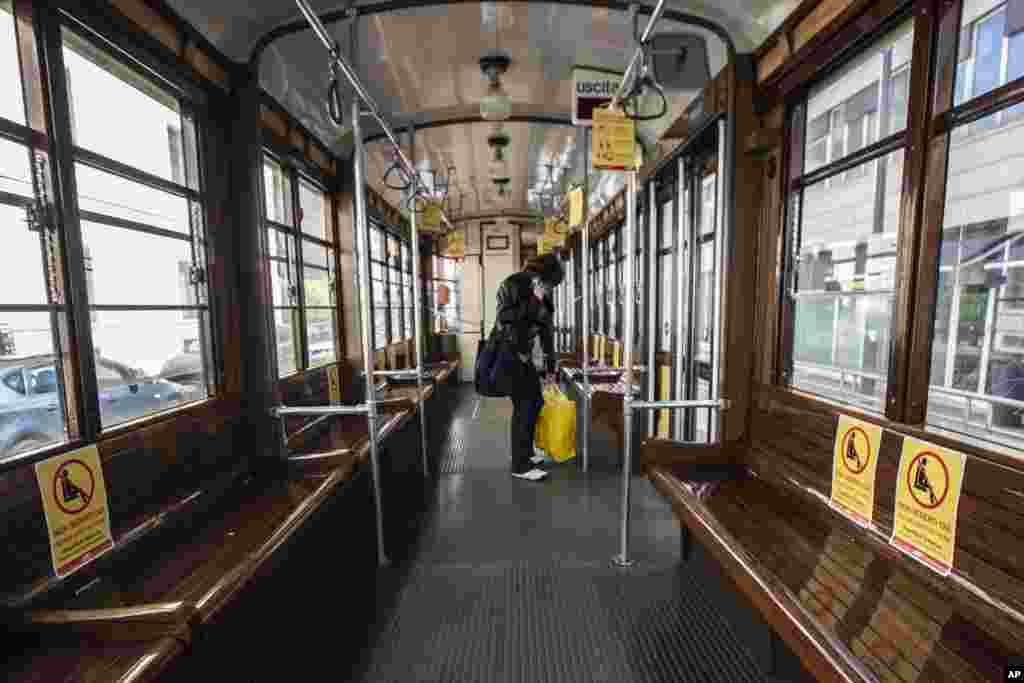 قطار تقریبا خالی در شهر میلان ایتالیا. در روی صندلیها برای رعایت «فاصله اجتماعی» برگههایی چسبانده شده است که در زمان شلوغی، فواصل رعایت شود. ایتالیا بعد از آمریکا بیشترین مرگ بر اثر کرونا را دارد.