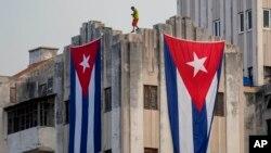 Кубинские флаги на здании посольства США. Гавана, Куба, 11 августа 2015.