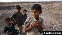 مشکلات اقتصادی یکی از موانع سد راه تعلیم کودکان در جهان است.