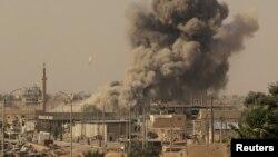 Serangan udara menghantam kota Raqqa yang dikuasai ISIS pada pertempuran tahun 2017 (foto: ilustrasi).