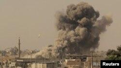 Rezilta batay ant manm Fòs Demokratik Siryen yo ak militan Gwoup Eta Islamik nan vil Raqqa, nan Siri. (Foto Achiv: REUTERS/Zohra Bensemra).