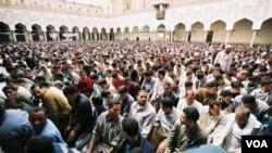 Sholat berjamaah di masjid Al-Azhar di Kairo (foto: dok). Kebanyakan WNI di Mesir adalah mahasiswa universitas tersohor Al-Azhar.