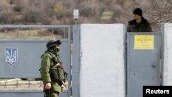 3月6日一名据信是俄罗斯军人在克里米亚一所乌克兰军事基地外巡逻