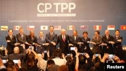 តំណាងនៃសមាជិកកិច្ចព្រមព្រៀង TPP ថតរូបជាក្រុម នៅក្នុងក្រុង Santiago ប្រទេសឈីលី កាលពីថ្ងៃទី៨ ខែមីនា ឆ្នាំ២០១៨។