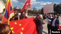 在波罗的海国家立陶宛首都维尔纽斯,支持与反对香港民主示威的两派人展开辩论。(2019年8月23日)