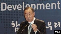 ທ່ານ Ban Ki-moon ເລຂາທິການໃຫຍ່ຂອງ ອົງການສະຫະປະຊາຊາດ ຮຽກຮ້ອງໃຫ້ ເກົາຫລີເໜືອ ແລະເກົາຫລີໃຕ້ ຈົ່ງລຸດຜ່ອນຄວາມເຂັ່ງຕຶງ.