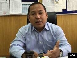 លោក ឡុង ឌីម៉ង់ ផ្តល់បទសម្ភាសន៍ជាមួយ VOA អំពីវិធានការការពារកំុឲ្យទឹកភ្លៀងរឺទឹកទន្លេលិចរាជធានីភ្នំពេញ។ (ផន បុប្ផា/VOA Khmer)