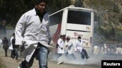 Estudiantes de Medicina de Bolivia participan en una de las manifestaciones realizadas en los pasados 52 días de huelga.