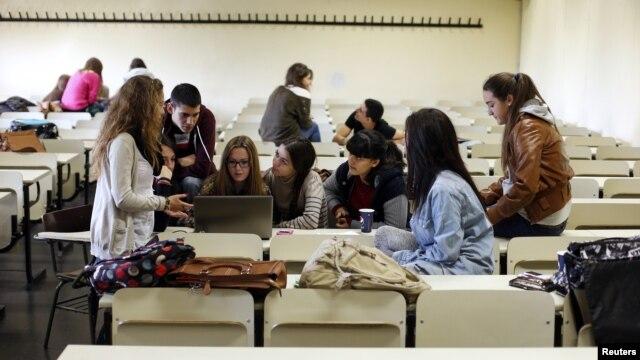 Las cifras indican que hay que hacer más para ayudar a los latinos a acceder a las oportunidades de educación superior.