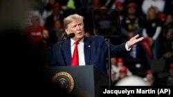 د امریکې صدر ډانلډ ټرمپ د عراق دغه غوښتنه رد کړې او ویلي یې دي چې که چیرې امریکايي ځواکونو ته عراق نه د وتلو وویل شو نو امریکا به په عراق اقتصادي پابندۍ ولگوي