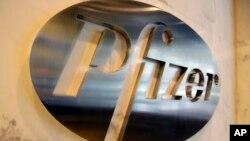 Biểu tượng công ty dược Pfizer tại trụ sở công ty ở New York. Vaccine ngừa COVID-19 của công ty đang được thử nghiệm trên người.