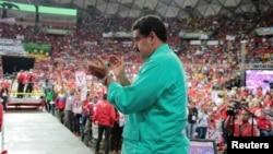 ປະທານາທິບໍດີ ເວເນຊູເອລາ ທ່ານ Nicolas Maduro ຕົມມື ໃນຂະນະທີ່ ທ່ານເຂົ້າຮ່ວມ ການຊຸມນຸມ ໃນນະຄອນຫຼວງ Caracas ຂອງເວເນຊູເອລາ, ວັນທີ 11 ມິຖຸນາ 2016.