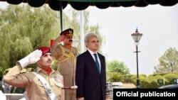 نگران وزیرِ اعظم ناصر الملک عہدہ سنبھالنے کے بعد فوجی دستے سے سلامی لے رہے ہیں۔ (فائل فوٹو)
