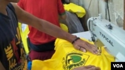 Seorang pekerja di Sentra Kaus Suci Bandung sedang menyelesaikan jahitan pesanan kaos calon peserta pemilihan anggota legislatif 2014. (VOA/R. Teja Wulan)