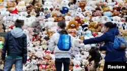 Berlin school pupils set up 740 teddy bears in front at of the concert hall Konzerthaus during an event of the World Vision Organisation to make aware of 740000 Syrian refugee children who can't attend the school, in Berlin, Germany, March 15, 2018.
