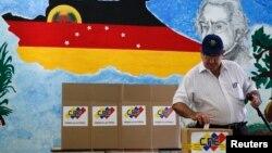 Un elector deposita su voto en Caracas, durante las elecciones municipales de este domingo.