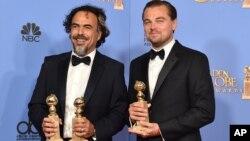 2016年1月10日加利福尼亚贝弗利希尔顿酒店第73届金球奖颁奖典礼: 《荒野猎人》剧本作者和制片伊纳利图(左)和主演莱昂纳多-迪卡普里奥在新闻发布室合影