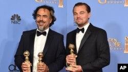 Alejandro Gonzalez Inarritu (kiri) dan Leonardo DiCaprio berpose dengan piala mereka di Beverly Hilton Hotel in Beverly Hills, California, seusai menerima penghargaan Globe Award ke-73, Minggu (10/1).