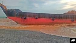 Kapal kargo LCT Cebu Great Ocean kandas di sepanjang garis pantai Barangay Cantapoy, Malimono, Surigao del Norte, Filipina selatan, Senin 19 April 2021. (Philippine Coast Guard via AP)