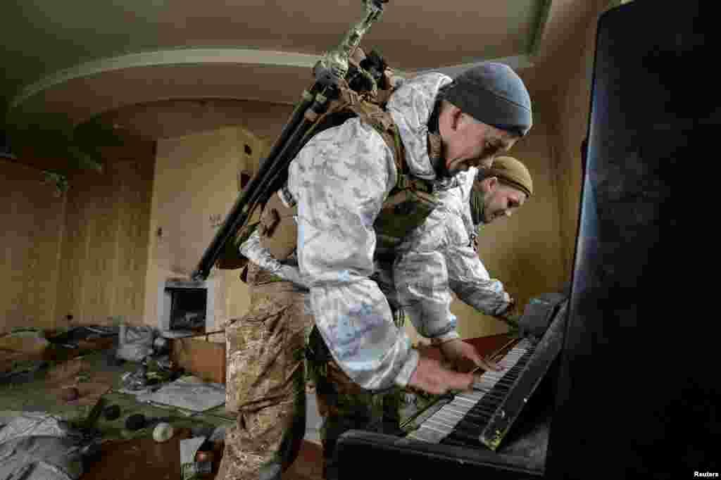 សមាជិកនៃកងកម្លាំងប្រដាប់អាវុធអ៊ុយក្រែនលេងព្យាណូ ខាងក្នុងផ្ទះមួយដែលត្រូវបានខូចខាតខ្ទេចខ្ទីដោយការប្រយុទ្ធគ្នា នៅជិតទីតាំងរបស់ពួកគេក្នុងទីក្រុង Donetsk កាលពីថ្ងៃទី០៤ ខែកុម្ភៈ ឆ្នាំ២០១៩។