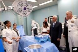 Віцепрезидент США Майк Пенс відвідує операційну USNS Comfort