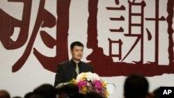 Yao Ming saat mengumumkan ia pensiun dari olahraga profesional di Shanghai, Tiongkok pada 2011. (Foto: AP)