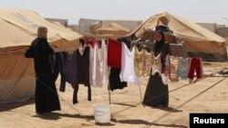 叙利亚人在靠近叙利亚边境的约旦难民营内晾晒衣服