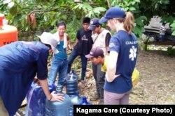 Relawan Kagama Care, Global Medic dan Penny Appeal menyediakan fasilitas air layak minum di Lampung (courtesy: Kagama Care)