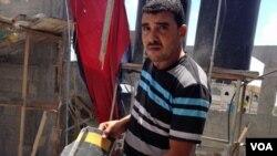 Ông Anwar Mohammed cầm một mảnh đạn rocket đã tiêu hủy căn nhà của ông ở Gaza.