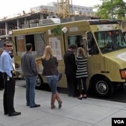 办公楼外排队买午餐