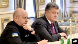 Tư liệu- Tổng thống Ukraine Petro Poroshenko (phải), và ông Oleksandr Turchynov, Bộ trưởng Quốc phòng.