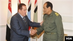 PM Mesir Kamal Ganzouri (kiri) berjabat tangan dengan Marsekal Mohamed Hussein Tantawi, kepala dewan militer Mesir di Kairo (foto: dok). Jimmy Carter meragukan militer Mesir akan menyerahkan kekuasaan kepada kalangan sipil.