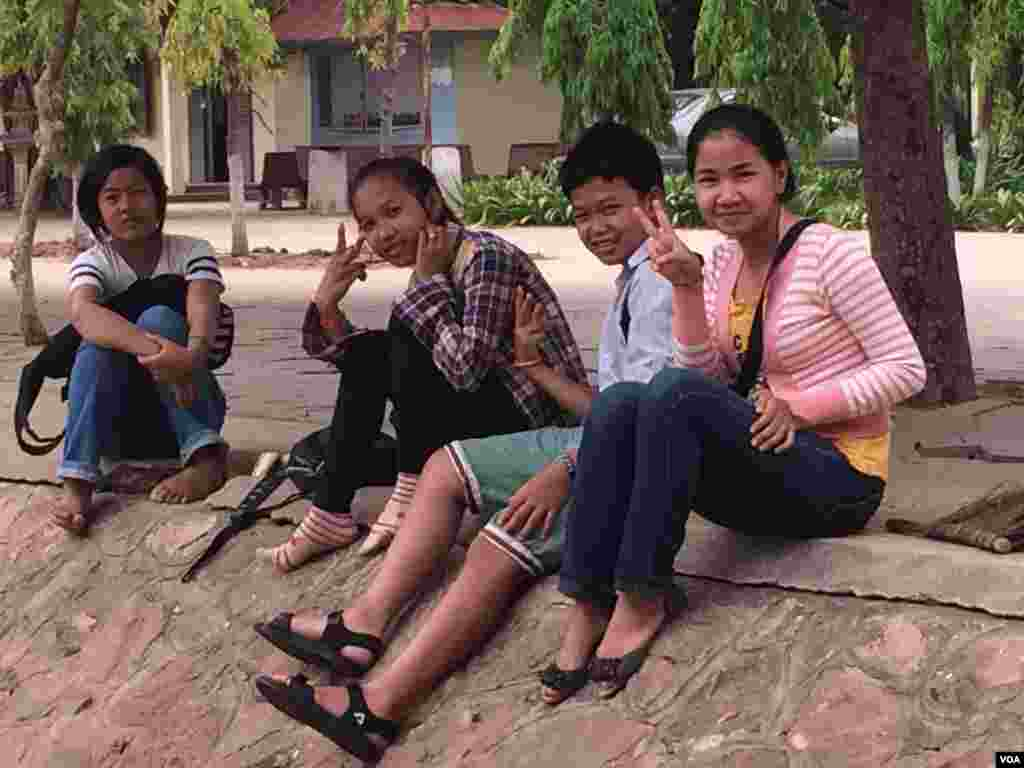 From right to left, Eight-graders Keng Somary, 14, Lim Sam Ol, 14, Vuthy Kim Eang, 14, and Tuon Sreineat, 13, attend a clean-up day event at Angkor High School, around two kilometers from Siem Reap city center on Saturday, March 21, 2015. (Phorn Bopha/VO