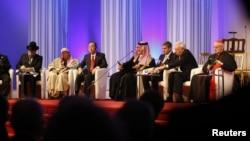 Sekjen PBB Ban Ki-Moon (tengah) bersama para pemimpin agama dunia di pembukaan lembaga kerja sama antar agama KAICIID di Wina. (Reuters/Leonhard Foeger)