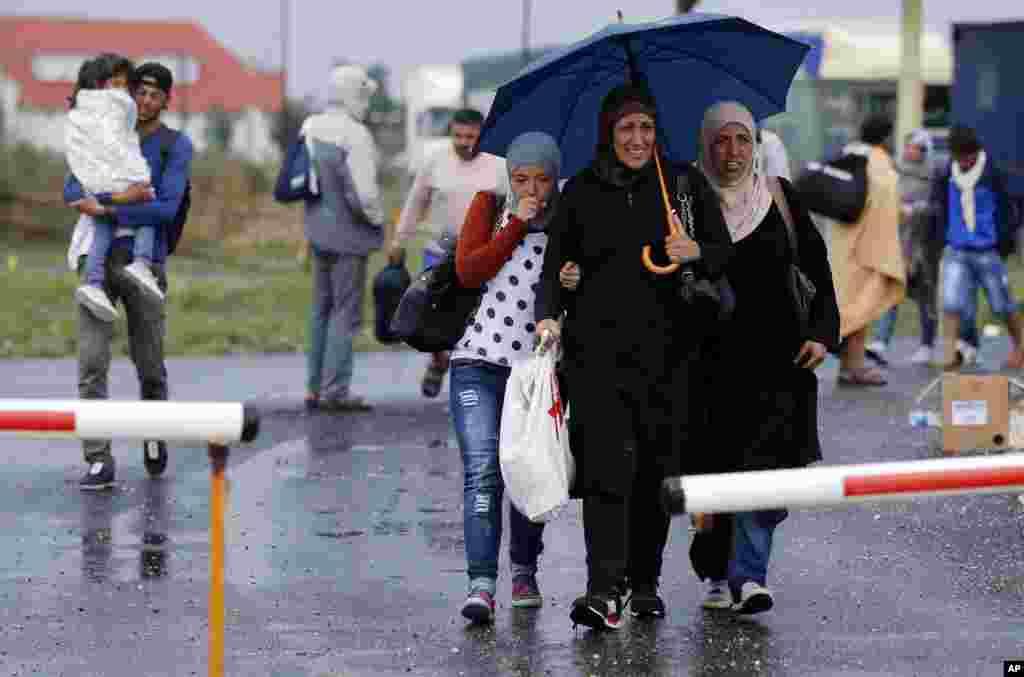 پناهجویان روز شنبه زیر باران خود را به مرز اتریش و مجارستان رساندند.